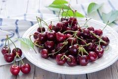 Körsbär i en vit maträtt Royaltyfri Fotografi