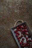 Körsbär i ett metallmagasin Arkivfoto