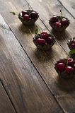 Körsbär i ett muffintenn Arkivbild