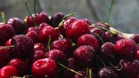 Körsbär Körsbär Körsbär i färgbunke och kökservett Rött körsbär nya Cherry arkivfilmer