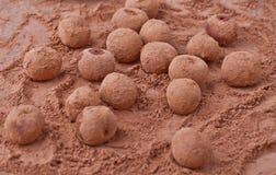 Körsbär i kakao Arkivfoton