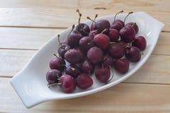Körsbär i kopp Arkivfoto