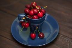 Körsbär i koppen arkivfoto