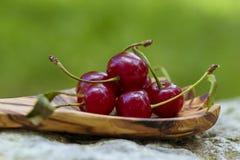 Körsbär i träsked Royaltyfri Foto