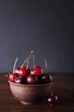 Körsbär Körsbär Körsbär i keramisk bunke Rött körsbär nya Cherry Körsbär på mörk bakgrund Arkivbild