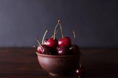 Körsbär Körsbär Körsbär i keramisk bunke Rött körsbär nya Cherry Körsbär på mörk bakgrund Royaltyfri Foto