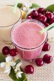 Körsbär- och banansmoothie med nya körsbär och bananer Cherry Milkshake bananmilkshake nya greenleaves Arkivbild