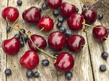 Körsbär och blåbär Arkivfoto
