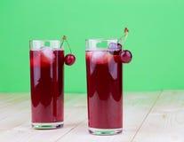 Körsbär och fruktsaft Arkivfoton