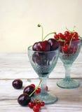 Körsbär och röda vinbär arkivbilder