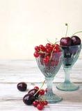 Körsbär och röda vinbär royaltyfria bilder