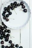 Körsbär på den vita tabellen Royaltyfria Foton