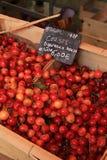 Körsbär på en marknad Arkivfoton