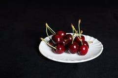Körsbär på ett tefat Royaltyfri Foto