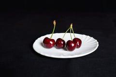 Körsbär på ett tefat Royaltyfri Fotografi