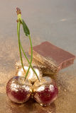 Körsbär på guld- bakgrund royaltyfri foto