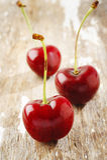 Körsbär på trä Arkivfoton