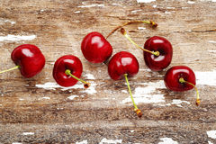 Körsbär på trä Fotografering för Bildbyråer