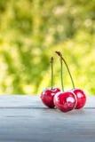 Körsbär på träbakgrund royaltyfria foton