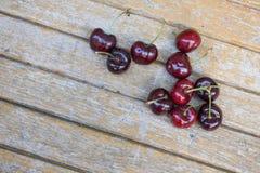 Körsbär på trätabellbakgrund Royaltyfria Foton