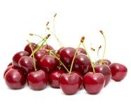 Körsbäret bär frukt på vit Arkivbilder