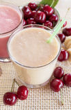 Körsbäret och bananen och mjölkar smoothien Milkshake med körsbär och bananer Royaltyfri Fotografi