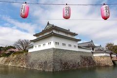 KÖRSBÄRSRÖD BLOMNING PÅ SUMPU-SLOTTEN I den SHIZUOKA STADEN, Japan arkivfoto