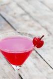 Körsbärsröd coctail i martini exponeringsglas Royaltyfria Foton