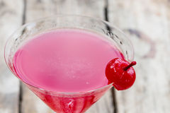 Körsbärsröd coctail i martini exponeringsglas Arkivbilder