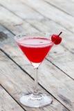 Körsbärsröd coctail i martini exponeringsglas Arkivfoton