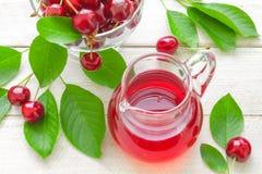 Körsbärsröd fruktsaft Arkivbild