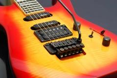 Körsbärsröd gitarr för solnedgångfärgElectro Arkivbild