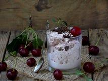 Körsbärsröd glass som överträffas med choklad royaltyfria bilder