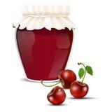 Körsbärsröd marmelad i en krus och nya körsbär Arkivbild