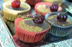 Körsbärsröd muffin Arkivfoto