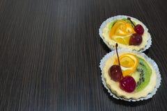 Körsbärsröd orange kiwi för kaka Royaltyfria Bilder