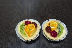 Körsbärsröd orange kiwi för kaka Arkivfoton