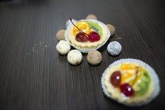 Körsbärsröd orange kiwi för kaka Royaltyfria Foton