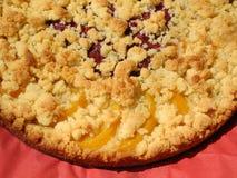Körsbärsröd persikastreuselkaka - bakat hem- Royaltyfri Bild