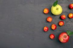 Körsbärsröd plommon och äpplen Royaltyfria Foton
