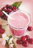 Körsbärsröd smoothie med nya körsbär Cherry Milkshake nya greenleaves Arkivfoto
