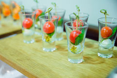 Körsbärsröda steknålar för tomater i glass smakliga mellanmål Arkivbild