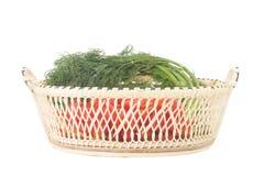 Körsbärsröda tomater Behandla som ett barn tomater Dill med rotar I korg shoppa Royaltyfria Foton