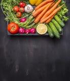 Körsbärsröda tomater för nya morötter, vitlök, gurka, citron, peppar, rädisa, färgad salt peppar för träsked, olje- trälantlig ba Arkivbild