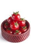 Körsbärsröda tomater i den lilla korgen Royaltyfria Bilder