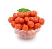 Körsbärsröda tomater i en bunke på en vit bakgrund Royaltyfria Bilder