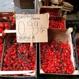 Körsbärsröda tomater i en italiensk marknad Arkivbilder