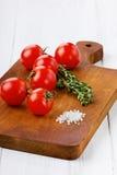 Körsbärsröda tomater med en salta timjan och hav Royaltyfria Foton