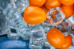 Körsbärsröda tomater med iskuber Arkivbild