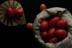 Körsbärsröda tomater med mörk bakgrund royaltyfri fotografi
